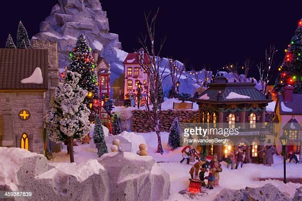 декоративные рождественская деревня с charles dickens темы - ebenezer scrooge imagens e fotografias de stock