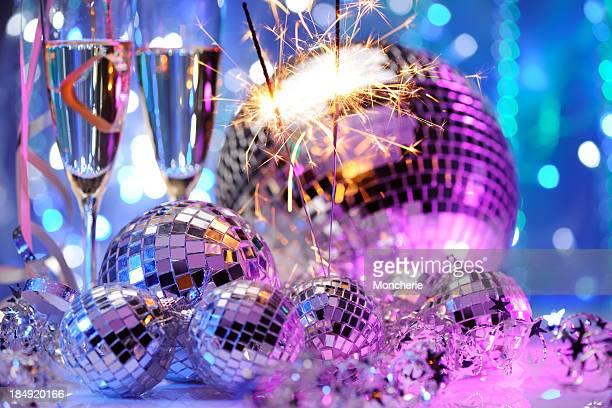 Dekorative disco-Bälle und eine Wunderkerze