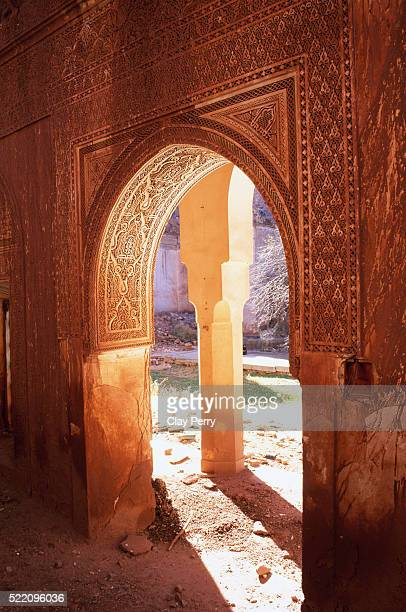 decorative doorway at telouet kasbah in morocco - telouet kasbah photos et images de collection
