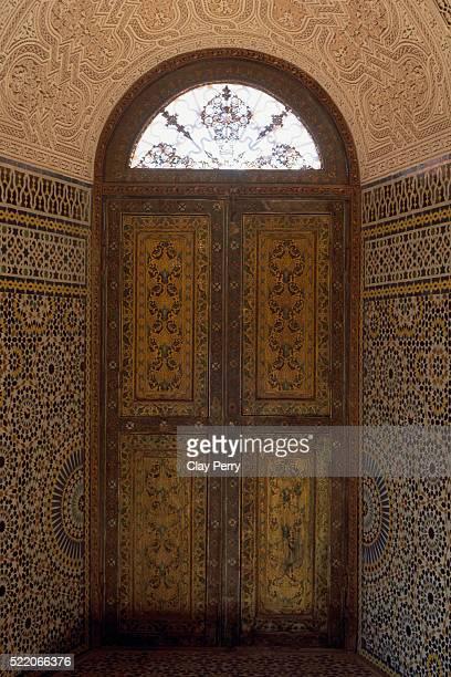 decorative doorway in telouet kasbah in morocco - telouet kasbah photos et images de collection