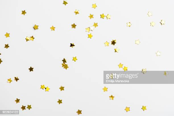 decorative golden stars on white background - gold background - fotografias e filmes do acervo