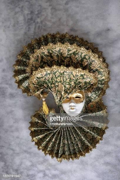 decorative venetian mask on gray tableto. - emreturanphoto stock-fotos und bilder