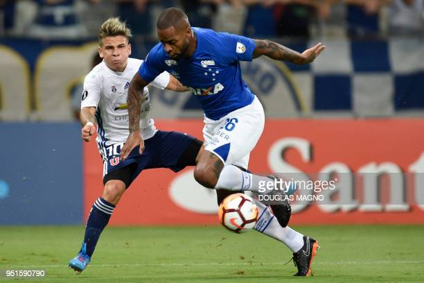 Dede of Brazil's Cruzeiro vies for the ball with Yeferson Soteldo of Chile's Universidad de Chile during their 2018 Copa Libertadores match held at...