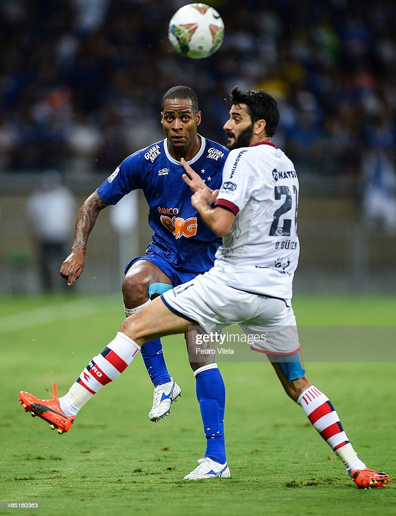 Dede of Cruzeiro and Daniel Guiza of Cerro Porteno during the match between Cruzeiro v Cerro Porteno for the Copa Briedgestone Liberators 2014 at Mineirao stadium on april 16, 2014 in Belo Horizonte, Brazil.