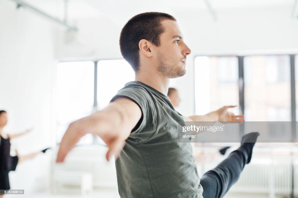 Engagierte Tänzer üben im Ballettstudio : Stock-Foto