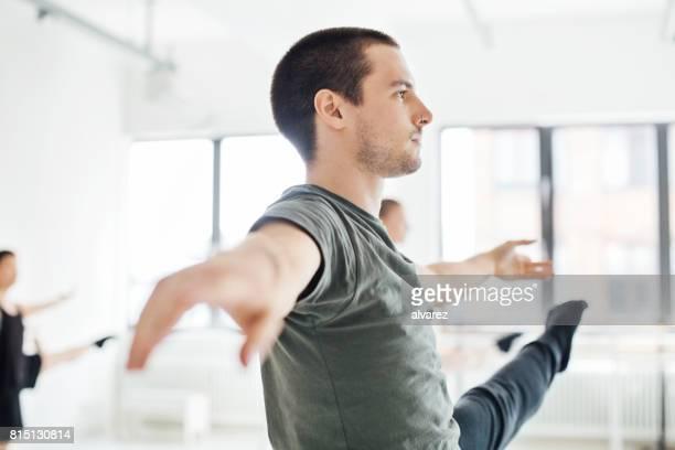 engagierte tänzer üben im ballettstudio - balletttänzer stock-fotos und bilder