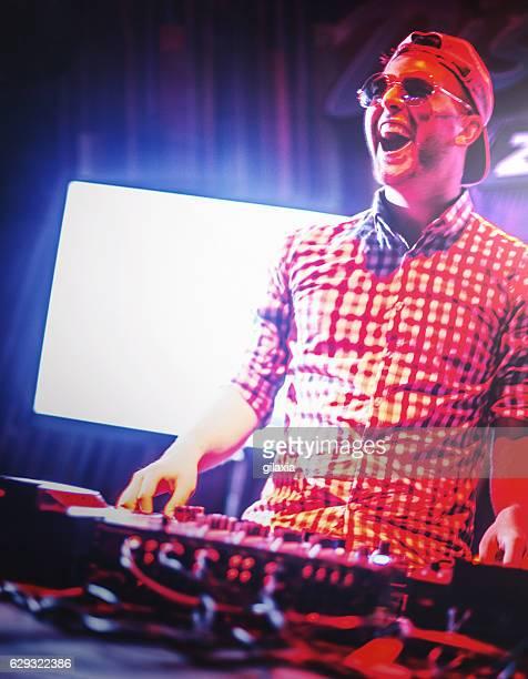 deejay at a party. - scène urbaine photos et images de collection