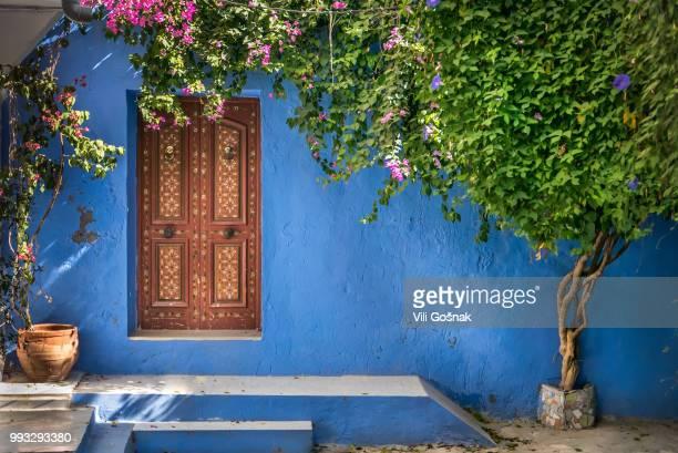 deep blue - courtyard - fotografias e filmes do acervo