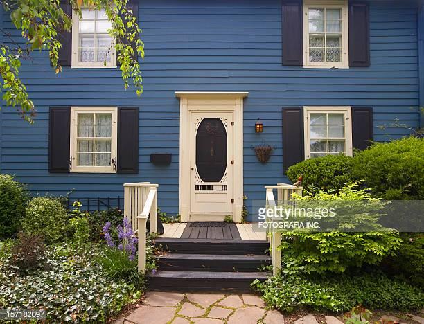 深い青色、2 階 - 植民地様式 ストックフォトと画像