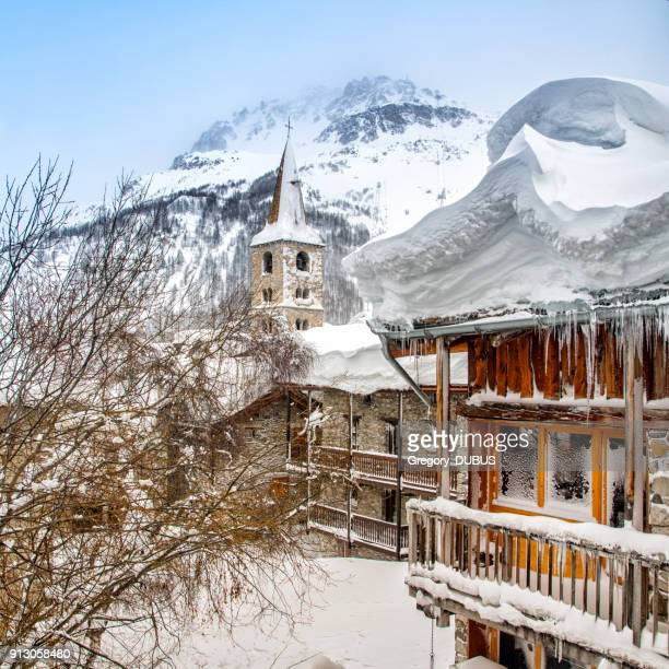 deep snow on roof and cold temperature on common chalet in french ski resort of val d'isere - savoie stock pictures, royalty-free photos & images