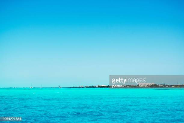 deep turquoise water in the coast of isla mujeres island in mexico - mujeres fotos stock-fotos und bilder