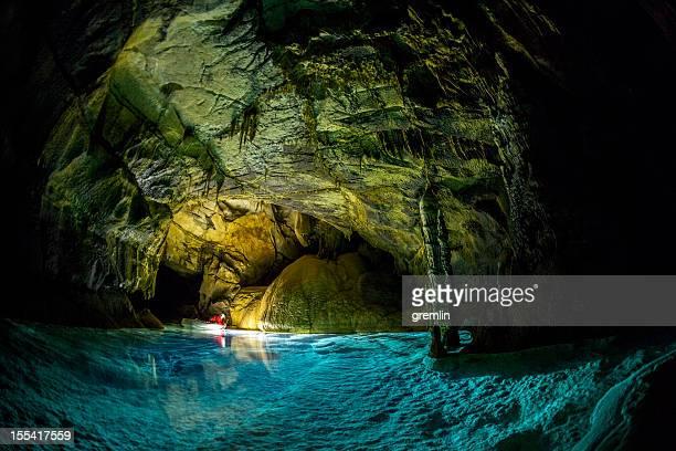 deep cuevas subterráneas de exploración - formación karst fotografías e imágenes de stock