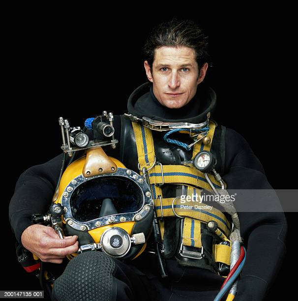 deep-sea diver holding helmet, portrait - scaphandrier casque photos et images de collection