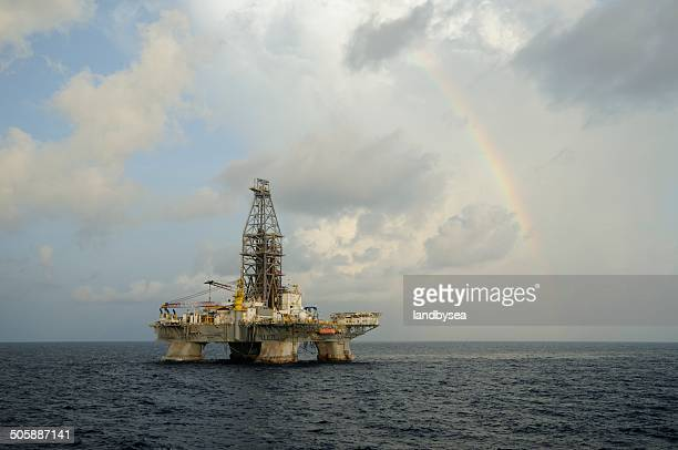 deepwater horizon and rainbow - deepwater horizon stock pictures, royalty-free photos & images