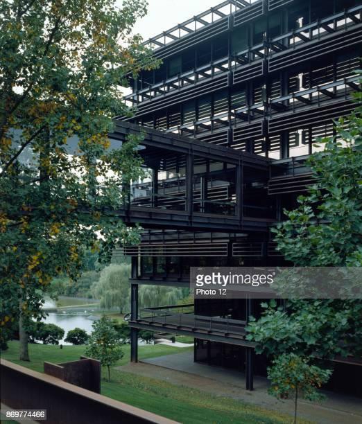 Deere Company Headquarters Moline Illinois 195664 Exterior designed by architect Eero Saarinen 19101961