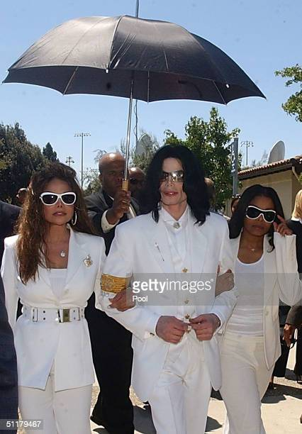 Defendant Michael Jackson with sisters LaToya Jackson and Janet Jackson exit the Santa Maria courthouse for break during the evidentiary hearing in...