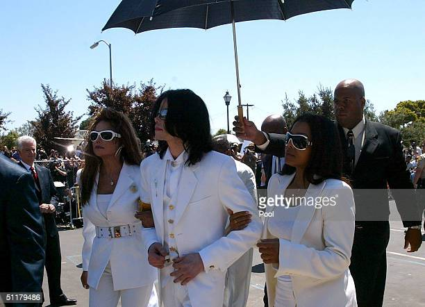 Defendant Michael Jackson with sisters LaToya Jackson and Janet Jackson exit the Santa Maria courthouse for lunch during the evidentiary hearing in...