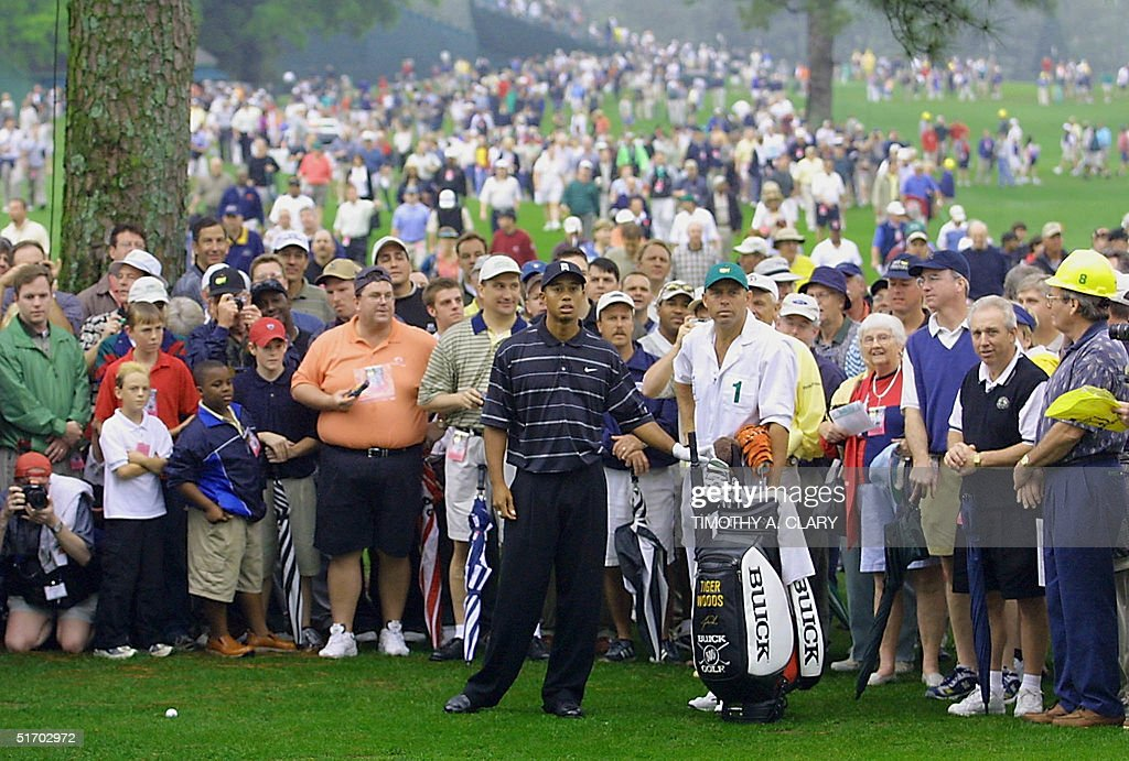 Defending champion Tiger Woods (C) of the US sizes : News Photo