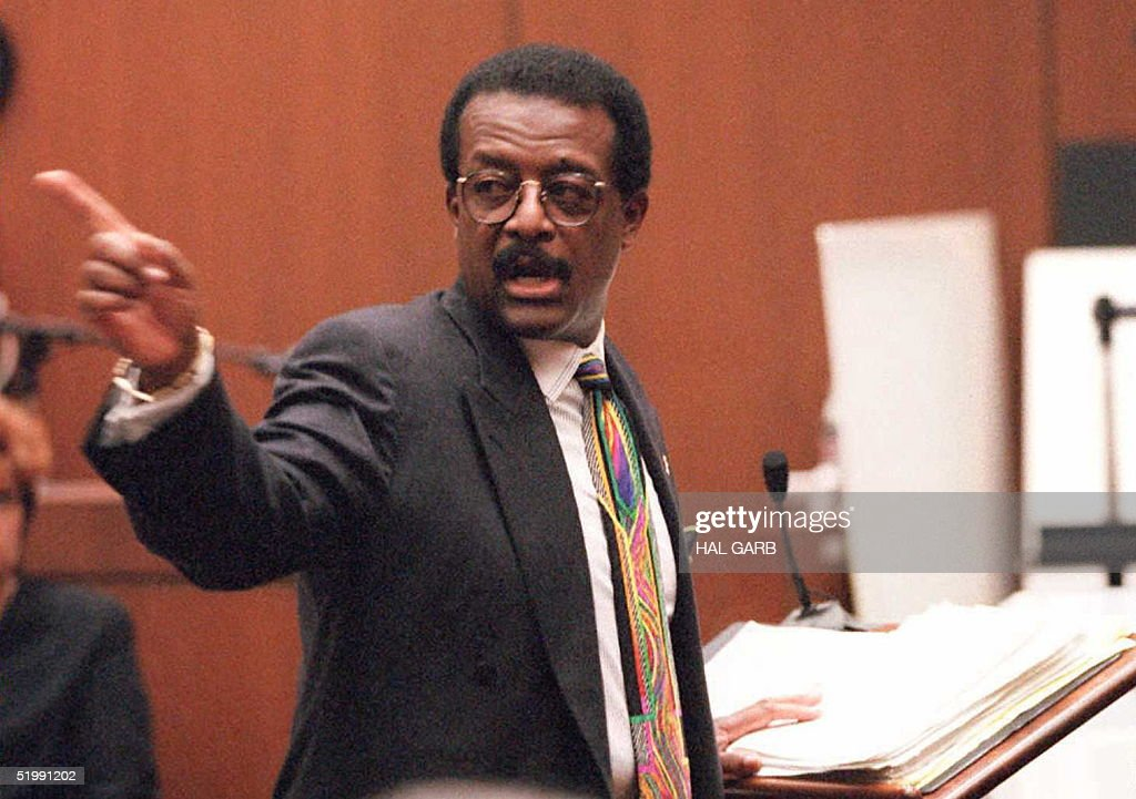 Defense lawyer Johnnie Cochran Jr. points to the d : News Photo