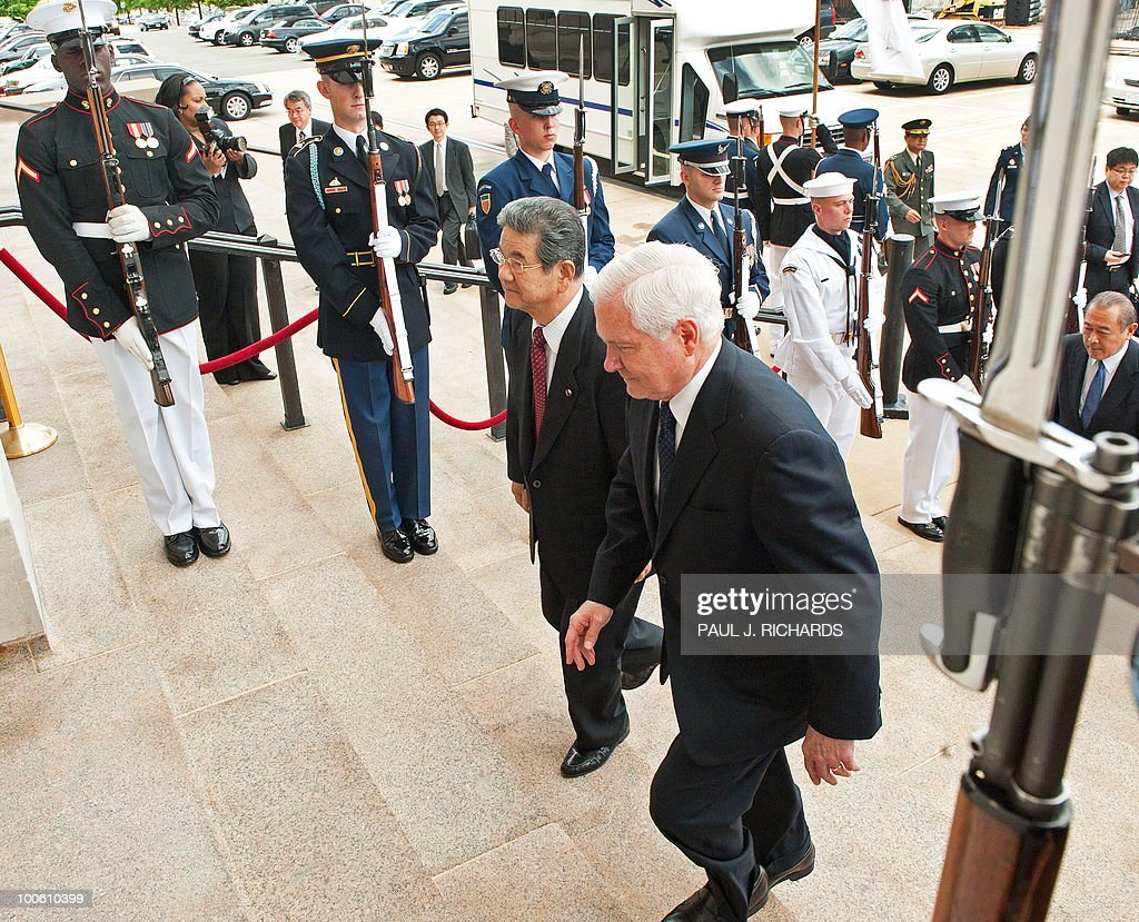 US Defense Secretary Robert Gates (R) escorts Japanese Defense Minister Toshimi Kitazawa (C) up the steps of the Pentagon for private meetings on May 25, 2010 during an arrival honor cordon in Washington. AFP PHOTO/Paul J. Richards