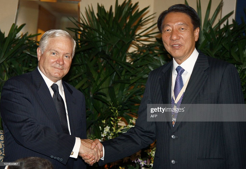 US Defense Secretary Robert Gates (L), shakes hands with Singapore's Minister of Defense, Teo Chee Hean, during the Shangri-La Dialogue's Asia Security Summit in Singapore on June 5, 2010. Gates chided China for suspending military ties over US arms sales to Taiwan, saying Beijing's stance 'makes little sense'. Renewing his call for stronger relations between the Chinese and US militaries, Gates said such a dialogue should not be 'held hostage' over the weapons sales. AFP PHOTO / Carolyn Kaster / POOL