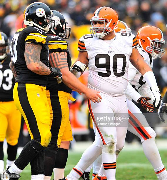 PITTSBURGH PENNSYLVANIA DECEMBER 30 2012 Defensive linemen Billy Winn of the Cleveland browns talks to offensive linemen Doug Legursky of the...