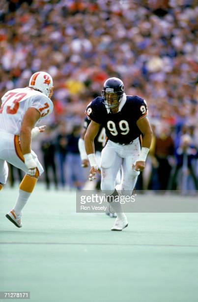 Defensive tackle Dan Hampton of the Chicago Bears runs downfield against the Tampa Bay Buccaneers at Soldier Field on September 20, 1987 in Chicago,...