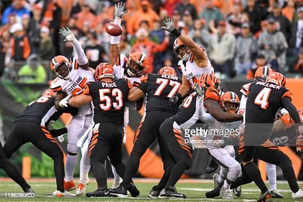Defensive tackle Larry Ogunjobi, defensive tackle Sheldon Richardson and defensive end Olivier Vernon of the Cleveland Browns attempt to block a...