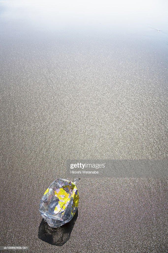 Deflated globe on beach (high angle view) : Stockfoto