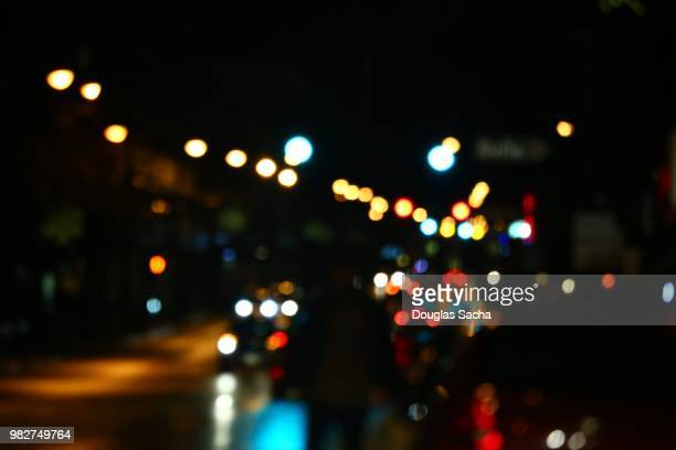 defocused city street at night - soft focus stock pictures, royalty-free photos & images