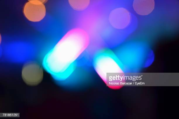 defocused image of colorful lights at night - licht stock-fotos und bilder