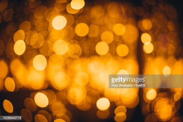 defocused image of illuminated christmas lights at night - vinheta - fotografias e filmes do acervo