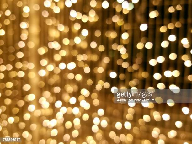 defocused image of illuminated christmas lights - gold background - fotografias e filmes do acervo