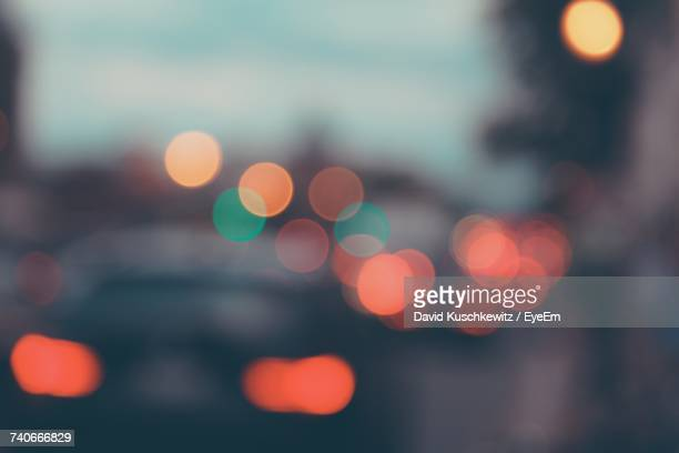 defocused image of illuminated city at night - onscherpe achtergrond stockfoto's en -beelden