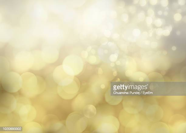 defocused image of illuminated lights - riflesso foto e immagini stock