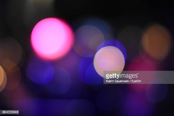 defocused image of illuminated lights - bewegungsunschärfe stock-fotos und bilder
