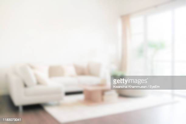 defocused image of sofa in living room at home - salon fotografías e imágenes de stock