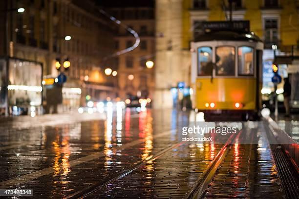 desenfocado imagen de la cumbre de lisboa el tranvía por la noche - portugal fotografías e imágenes de stock