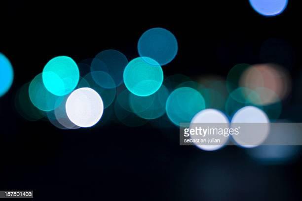 unscharf gestellt light punkte gegen schwarzem hintergrund - spotted stock-fotos und bilder