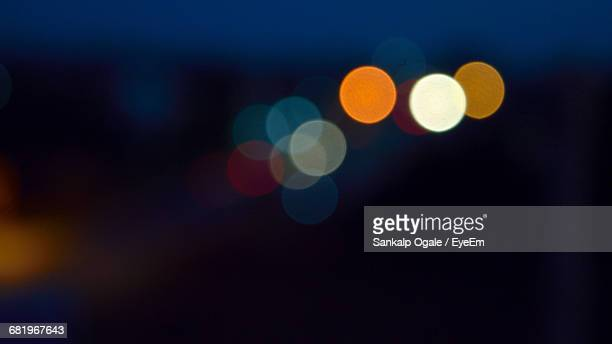 defocused lights at night - halo lumineux photos et images de collection