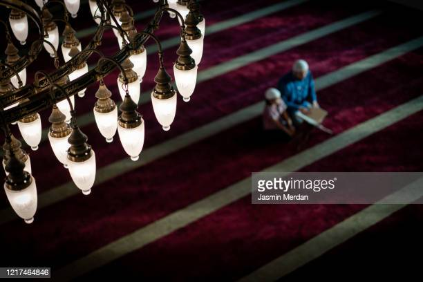 defocused muslim praying inside mosque on carpet - jasmin lord stock-fotos und bilder
