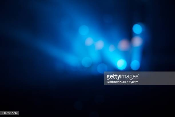 defocused stage lights at music concert - concert photos et images de collection