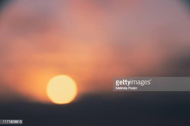 defocused sunset - bruma de calor fotografías e imágenes de stock