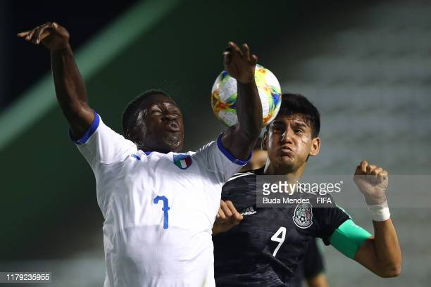 Degnand Gnonto of Italy struggles for the ball with Alejandro Gomez of Mexico during the FIFA U17 Men's World Cup Brazil 2019 group F match between...