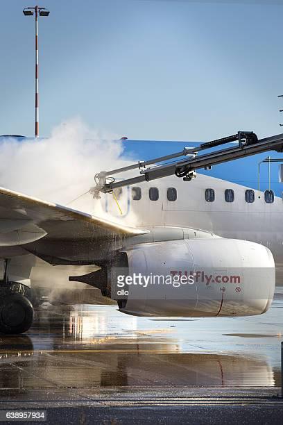 de-icing of an airplane at frankfurt airport - tui ag stock-fotos und bilder