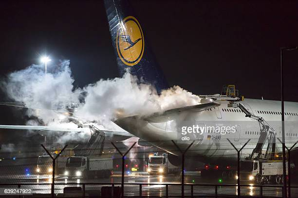 de-icing of an airplane at frankfurt airport - airplane tail stock pictures, royalty-free photos & images