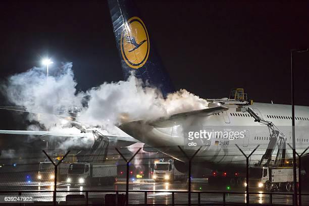 de-icing of an airplane at frankfurt airport - flugzeugheck stock-fotos und bilder