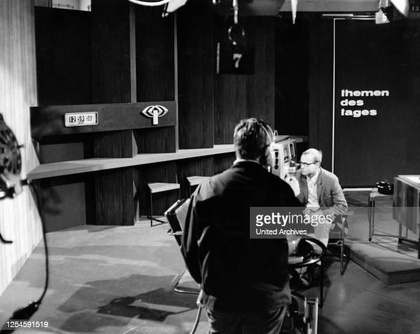 Deie Regie verfolgt den Ablauf einer Nachrichtensendung im ZDF, um 1967.