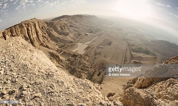 deir el-bahari temple, viewed from the top - marc mateos fotografías e imágenes de stock