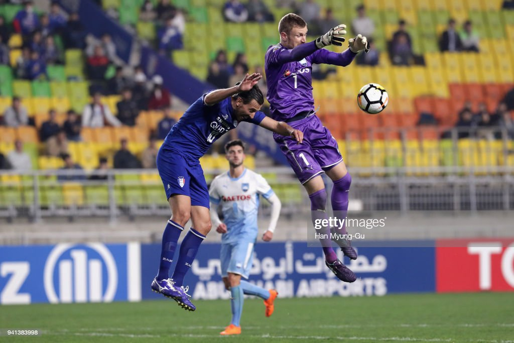 Dejan Damjanovic of Suwon Samsung Bluewings and Andrew Redmayne of Sydney FC compete for the ball and during the AFC Champions League Group H match between Suwon Samsung Bluewings and Sydney FC at Suwon World Cup Stadium on April 3, 2018 in Suwon, South Korea.